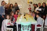 Деца помагат на деца в навечерието на Коледа